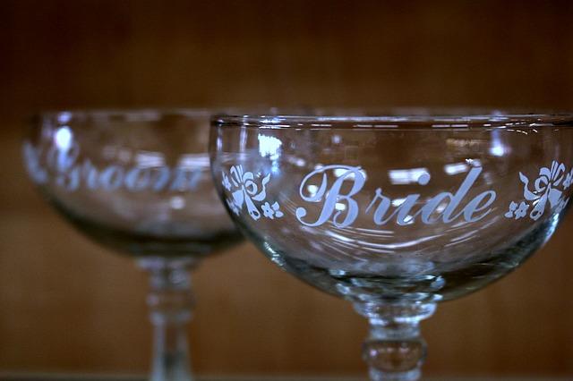 champagne-glasses-1136977_640
